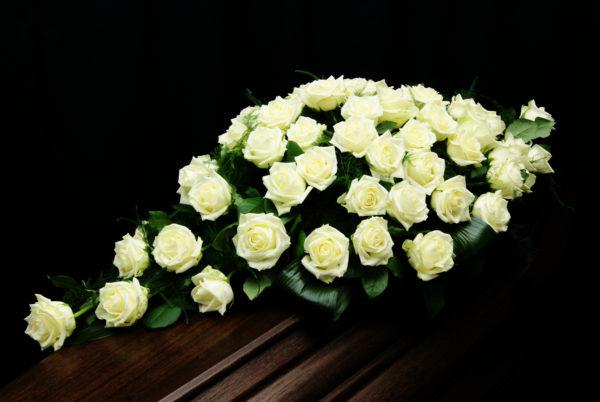 Crea-fleur Witte rozen afscheidsbloemen, oudsbergen