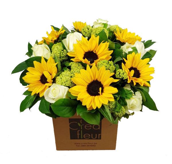 Zomers boeket met zonnebloemen en witte rozen