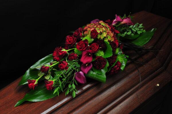 Afscheidsbloemen Grafbloemstuk roze rozen (foto grafkist)