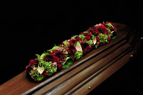 Afscheidsbloemen bloemstuk rode rozen margrieten (foto grafkist)
