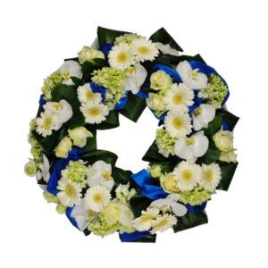 Afscheidsbloemen bloemstuk witte blauwe kleuren