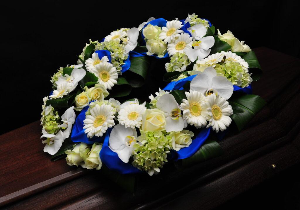 Afscheidsbloemen bloemstuk witte blauwe kleuren (foto grafkist)