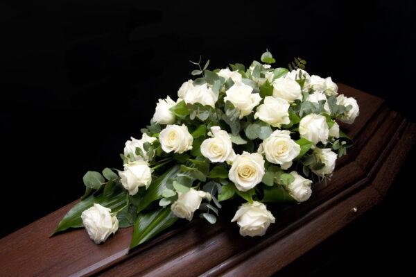 Afscheidsbloemen bloemstuk witte rozen (foto grafkist)