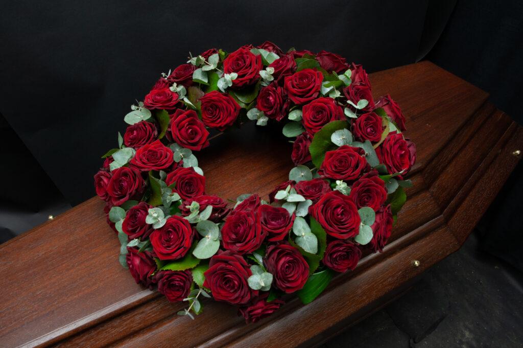 Afscheidsbloemen cirkel rode rozen (foto grafkist)