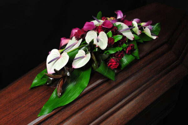 Afscheidsbloemen grafbloemstuk rode rozen (foto grafkist)