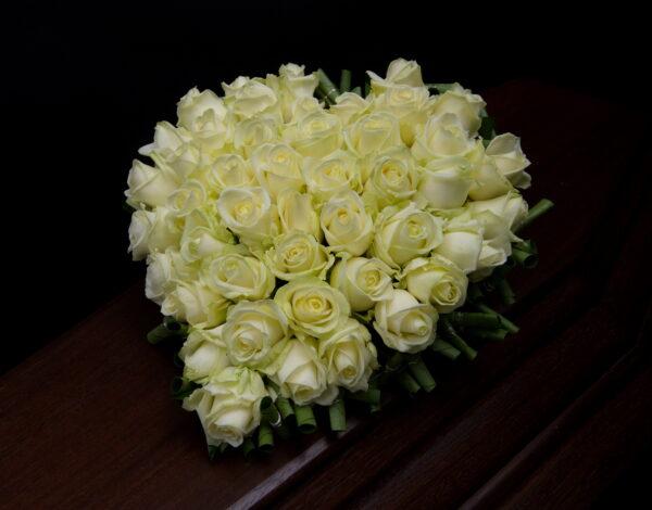 Afscheidsbloemen groot wit hart groene rand (foto grafkist)