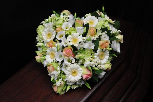 Afscheidsbloemen hart bloemen witte zachtroze kleuren (foto grafkist)