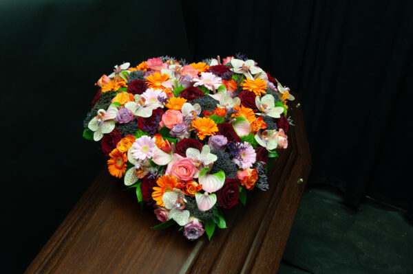 Afscheidsbloemen hart oranje paarse kleuren (foto grafkist)