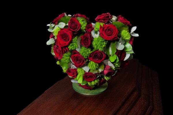 Afscheidsbloemen hart rode rozen (foto grafkist)