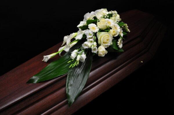 Afscheidsbloemen witte kleuren (foto grafkist)