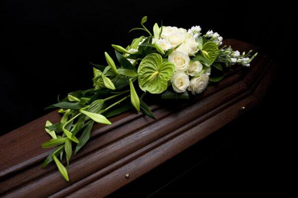 Afscheidsbloemen witte lelies anthurium (foto grafkist)