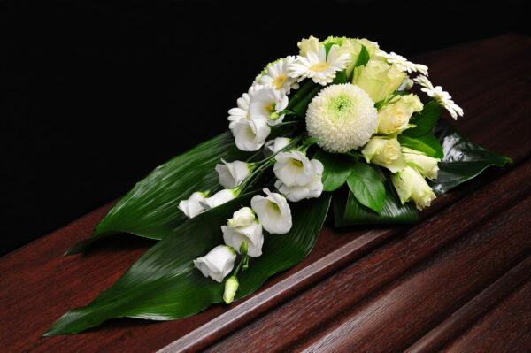Afscheidsbloemen witte margrieten rozen (foto grafkist)