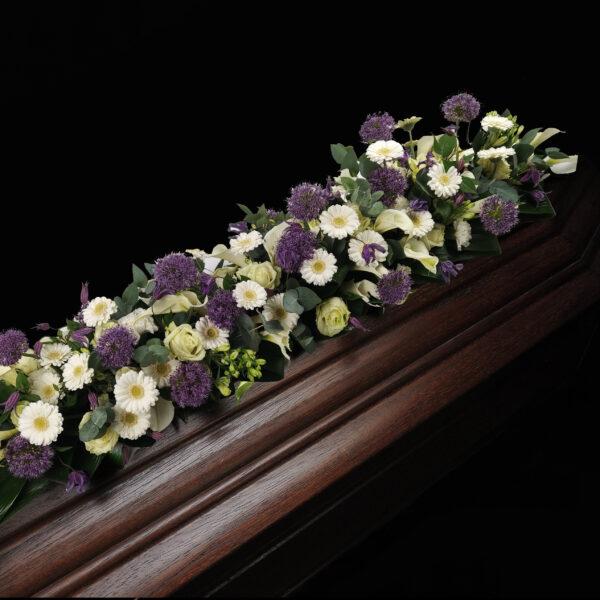 Afscheidsbloemen paars en wit detail